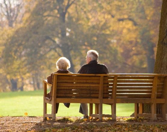 Due anziani su una panchina