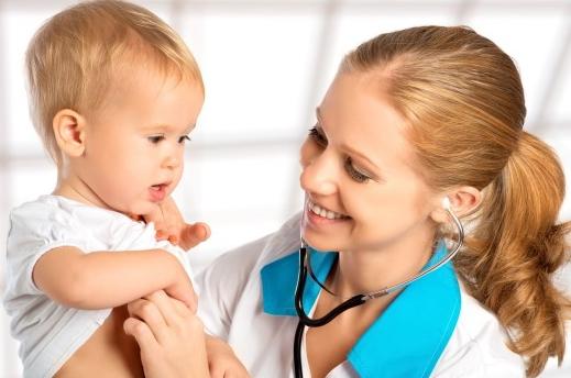 Pediatra con bambino piccolo
