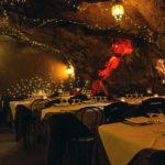 Oggi dove mangio? Dalle grotte ai tram, ecco le opzioni più strane e affascinanti