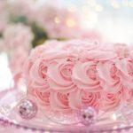 Decorazione torte tra teglie e tortiere